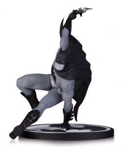 Batman Black & White Szobor - Batman by Bryan Hitch (17 cm)